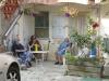 Plaudern am Platz (Foto: katarina , Bocognano, Korsika, Frankreich am 28.09.2011) [2450]