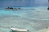 Kind und Boot am Strand (Foto: chari , Pulau Weh, Sumatra, Indonesien am 07.02.2012) [4405]
