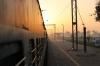 Sonnenaufgang am Gleis, kurz vor Amritsar (Foto: chari , Amritsar, Punjab, Indien am 04.02.2018) [4978]