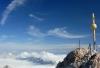 Ostgipfel Zugspitze mit Gipfelkreuz (Foto: Bbb auf wikivoyage , Zugspitze, Nördliche Kalkhochalpen 01, Deutschland am 01.08.2007) [5107]