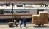 gepackte Schubkarre und Indian Railways Lok (Foto: chari , Neu-Delhi, Delhi, Indien am 05.04.2019) [5131]