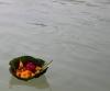 Blumenfeuerschiffchen auf dem Ganges (Foto: chari , Rishikesh, Uttarakhand, Indien am 26.01.2018) [5164]