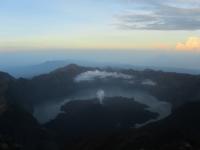 Kratersee Segara Anak bei Sonnenaufgang (Foto: chari , Gunung Rinjani, Lombok, Indonesien am 16.12.2014) [4363]