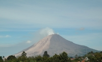 der Vulkan von Berastagi aus betrachtet (Foto: chari , Gunung Sinabung, Sumatra, Indonesien am 26.04.2015) [4462]