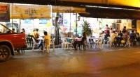 Spätes Essen in der Jalan Padungan (Foto: chari , Kuching, Sarawak, Malaysia am 08.08.2016) [4689]
