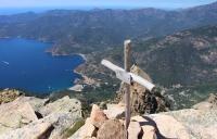 Gipfelkreuz, Blick nach Porto (Foto: chari , Capu d'Orto, Korsika, Frankreich am 03.06.2019) [5173]